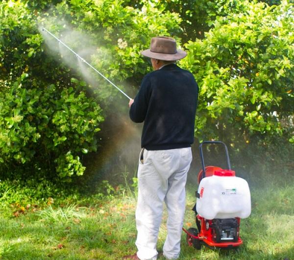 применение аккумуляторного садового опрыскивателя