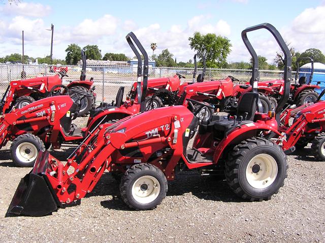 Трактор тим на дозаправке