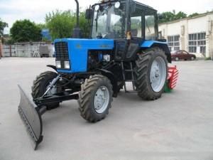трактор МТЗ-1221 с отвалом