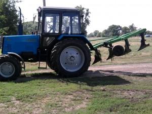 трактор МТЗ-892 с плугом
