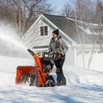 снегоуборочная машина Хускварна в работе