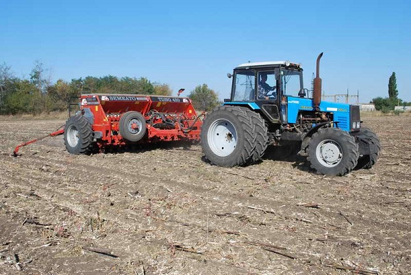 трактор МТЗ 1221 модели с навесным оборудованием