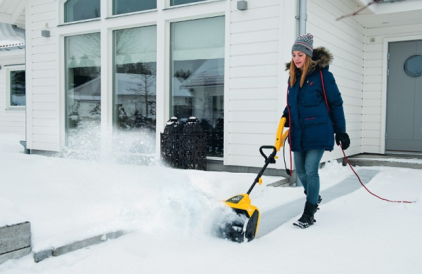 очистка садовой дорожки зимой