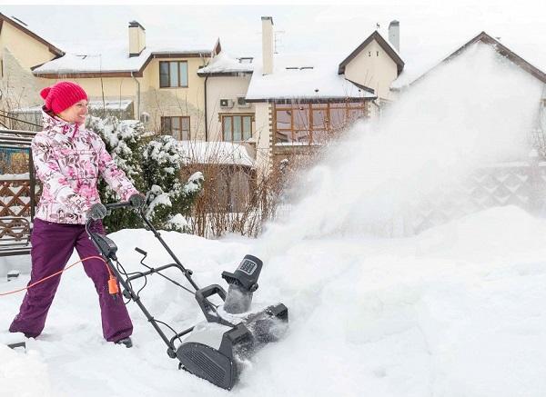 как показывает себя в работе снегоочиститель Хутер