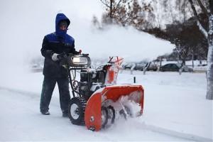 работа со снегоуборщиком при любой погоде