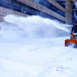 как снегоуборщик Хускварна очищает территорию