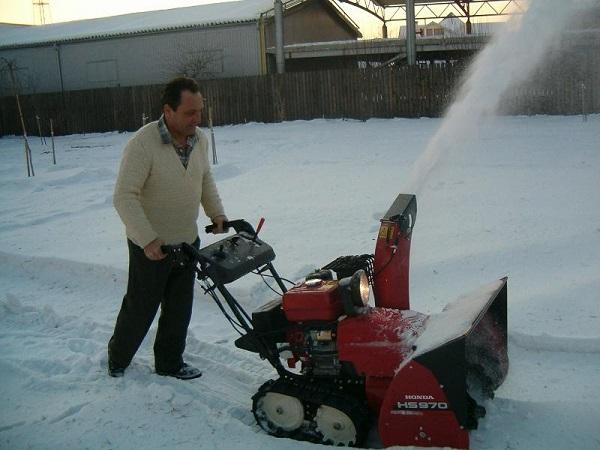 уборка территории с помощью снегоочистителя Хонда 970