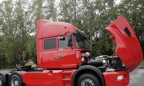 автомобиль Урал 6464 с открытым капотом
