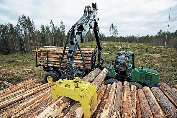 как форвердер Джон Дир  производит погрузку леса