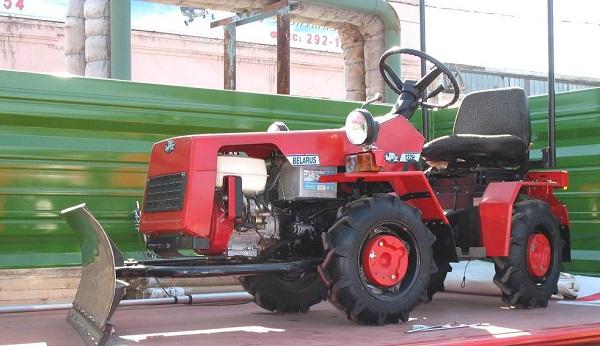 модель мини-трактора «Беларус» 132Н с бульдозерным отвалом