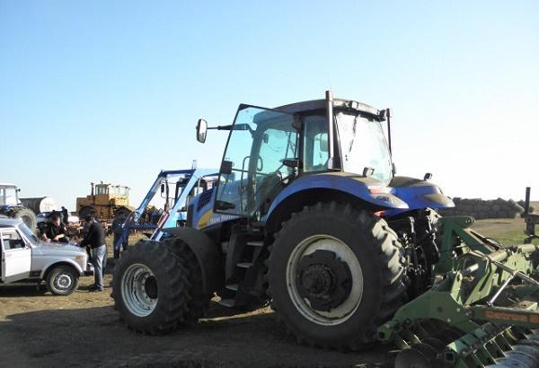 трактор New Holland T8040, оснащенный культиватором