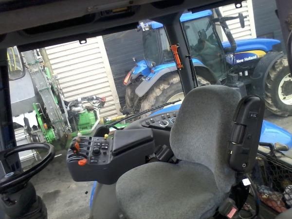 внутренняя обстановка кабины трактора