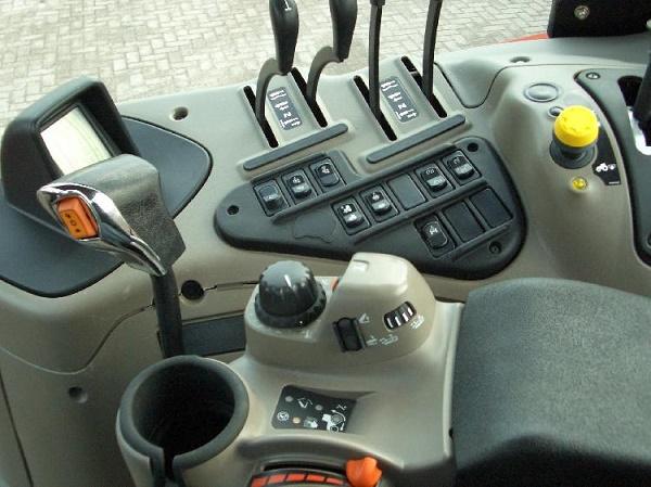 как обустроена кабина трактора Кейс Пума 180