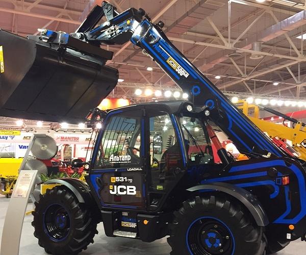 новый телескопический погрузчик JCB, представленный на выставке